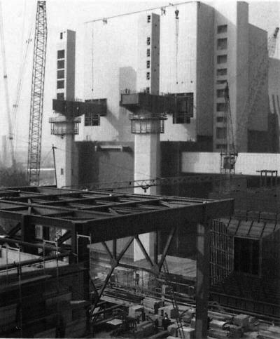 Bild 10: DeNOx-Pylone vor Block E, rechts Elektrofilter-Montage vor Block D